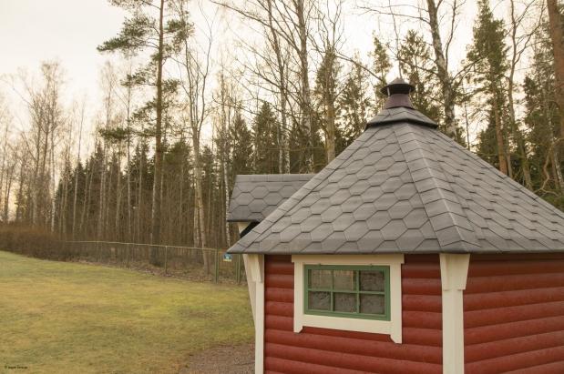 Förskolans egen grillkåta med skogen precis bakom gården.